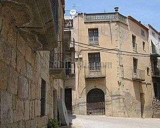 Casa adosada en Plaça sant salvador d´horta,3. En centro histórico. forjados nuevos