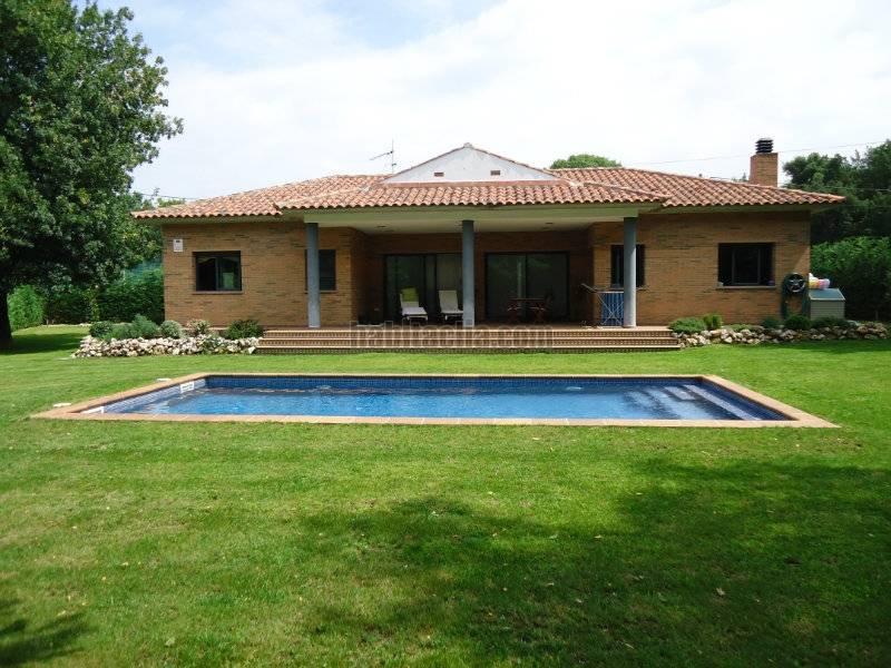 Casa por en carrer paella una sola planta esquinera amplio jardin y piscina en caldes - Casas de una sola planta ...