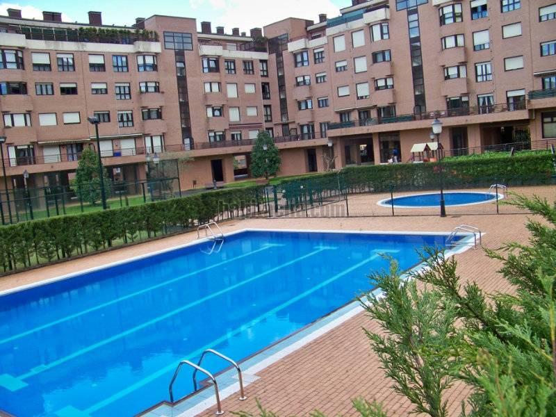 Alquiler piso por 400 2 piscinas 2 pistas de padel y for Piscinas picornell padel
