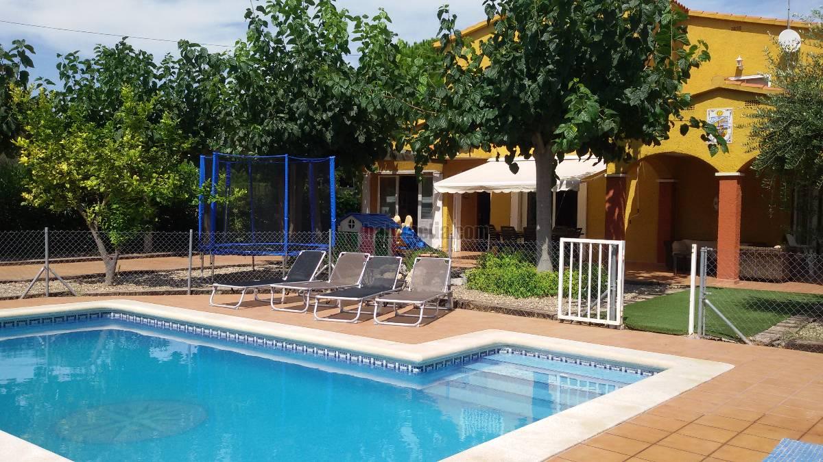 Casa por en cinca preciosa con piscina a 100 for Piscina en jardin de 100 metros