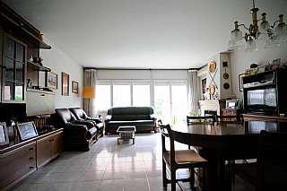 Casa adosada en Avinguda salvador dali domenech, 15. Casa adosada de 242 m2 con piscina comunitaria