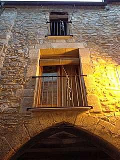 Casa en Carrer centre (del), 8. Casa de piedra sobre arco gótico en casco antiguo