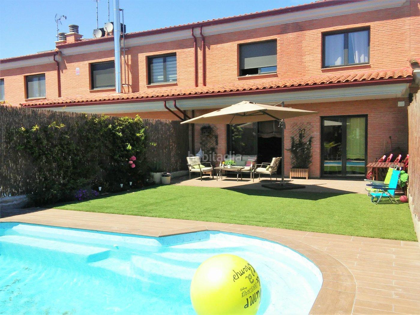 Casa adosada por en carrer talladell magnifica - Jardin y piscina ...