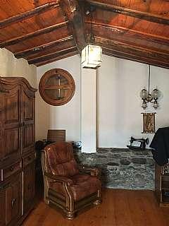 Casa en Carrer grau, 11. Casa de piedra con suelo de parqué y chimenea.