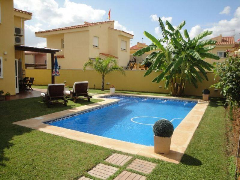 Casa pareada por chalet independiente en urb la - Chalet con piscina ...