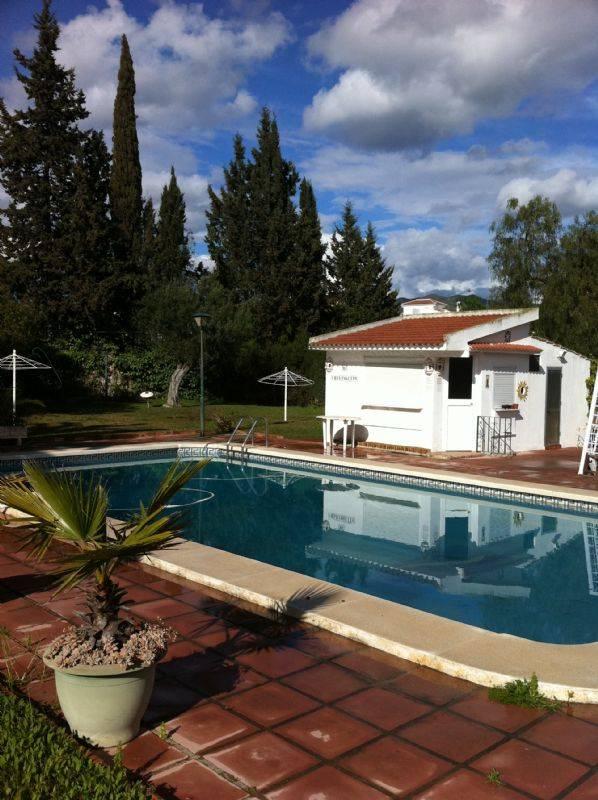 Casa por preciosa unifamiliar con grandes for Casas con piscina en malaga