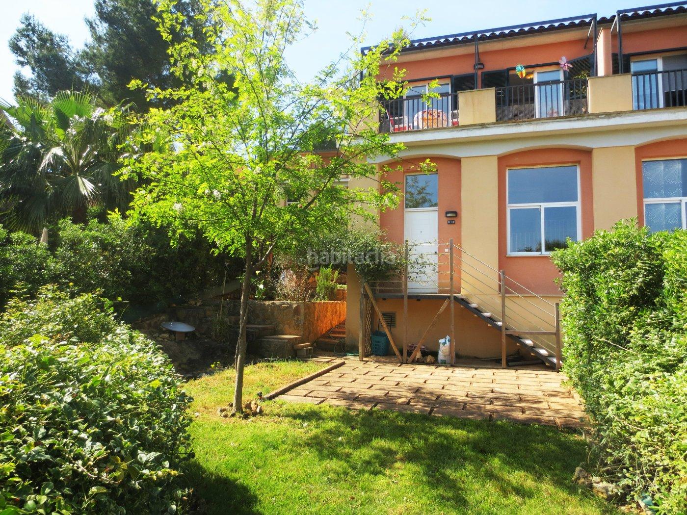 Casa adosada por en carrer margalides soleada - Jardines de casas particulares ...